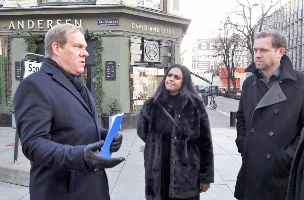 Næringspolitisk direktør i Oslo Handelsstands forening, Jon Anders Henriksen (t.v), forklarer for varaordfører Kamzy Gunaratnam (AP) og bystyrerepresentant Andreas Halse (AP), at handelsstanden i byen må kunne friste kundene med hva han kaller gode handelsopplevelser for å trekke kunder til forretningene i sentrum. Foto: Anders Høilund