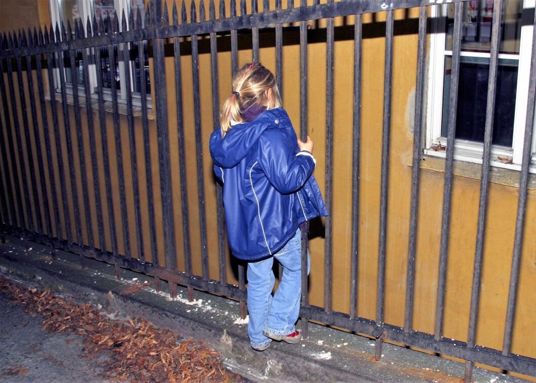 Fortvilet jente. Står alene og ensom utenfor et hus. FOTO: SCANPIX
