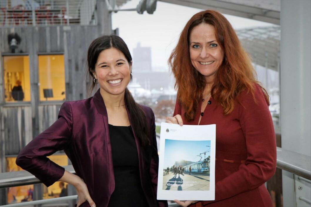 Klimaetatens direktør, Heidi Sørensen, overrekker utkast til ny klimastrategi for byen til byråd Lan Marie Berg. Foto Klimaetaten