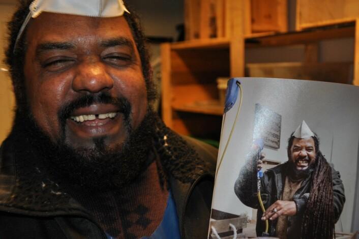 Latteren sitter løst hos Omar. Her er bildebeviset på at han er portrettert i et magasin laget av Dagens Næringsliv. Foto: Arnsten Linstad