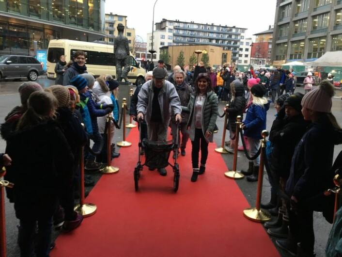 Inn på den røde løperen, ble de eldre sunget frem til kinoforestillingen. Foto: Halvor Seim