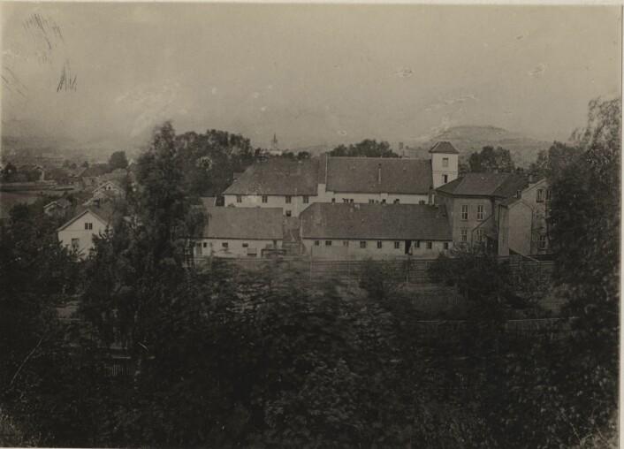 Oslo Hospital ca. 1880, med luftegården i forgrunnen. Foto: Oslo byarkiv