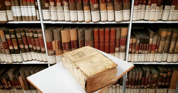 Oslo Hospitals hovedregnskaps bok fra 1724. Oslo Hospital ble de første århundrene finansiert gjennom eiendom. Foto: Kulturetaten