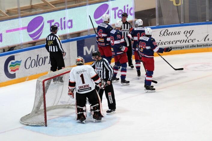 Dommer annullerer, men endrer mening etter å ha sett videoen. 1-0 til Enga. Foto: André Kjernsli