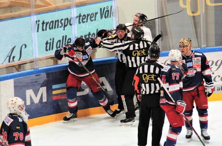 Litt knuffing i rundvantet, mens Lindstrøm og dommer allerede diskuterer hva straffen skal bli. Foto: André Kjernsli