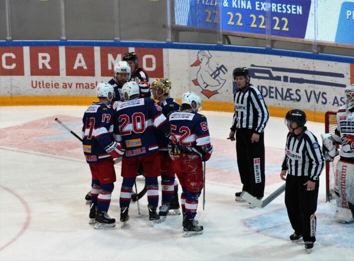 St Halvards menn gleder seg over kveldens tredje VIF-scoring. Foto: André Kjernsli