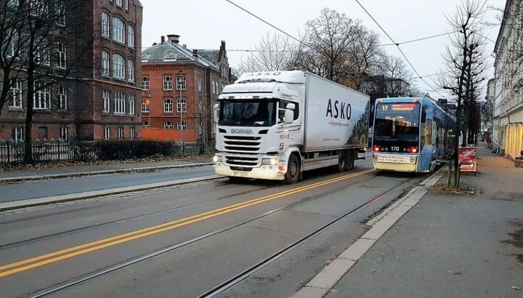 Det var rett ved Lakkegata skole at bilisten kjørte inn i tre biler som sto parkert.