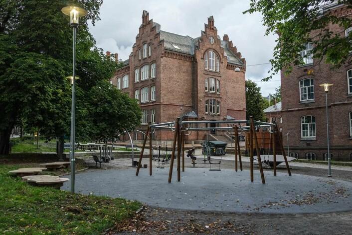 Rundt 400 elever går hver dag til og fra Lakkegata skole. Foto: Stian Schjeldrup