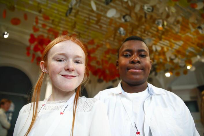 Vilja Lande (t.v.) og Abdullah Ouro Agouda fra Sagene skole på Redd Barnas Fredsprisfest på Nobels Fredssenter. Foto: Terje Pedersen / NTB scanpix