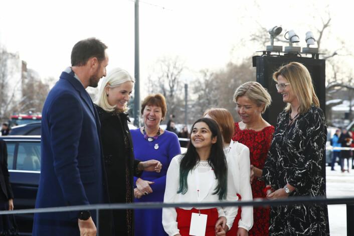 Kronprins Haakon og kronprinsesse Mette-Marit ankommer Redd Barnas Fredsprisfest på Nobels Fredssenter mandag. Kronprinsparet ble tatt i mot av blant andre ordfører Marianne Borge og barn fra Sagene skole. Foto: Terje Pedersen / NTB scanpix