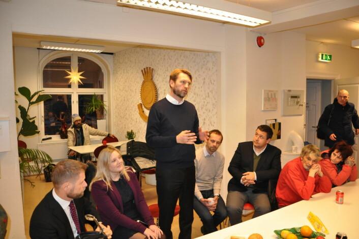 Høyres gruppeleder i bystyret, Eirik Lae Solberg, forklarer brukerne på Jobben at de borgerlige partiene vil kjempe mot de rødgrønnes kutt onsdag. Foto: Arnsten Linstad