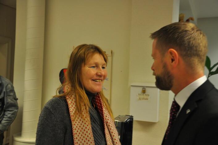 � Det betyr utrolig mye for oss at du støtter oss, sier Anette til Bent Høie. Anette er en av veteranene blant brukerne på Jobben i Gamlebyen. Foto: Arnsten Linstad