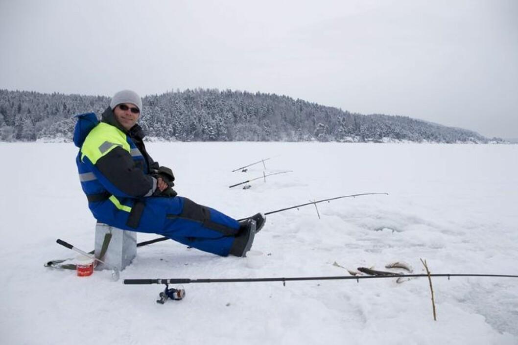 Når vinteren får tak og isen ligger trygt over indre Oslofjord, er det mange som prøver fiskelykken. Illustrasjonsfoto: Norges jeger- og fiskerforbund