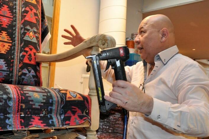 Francesco har restaurert en gammel lenestol. � Først pusset jeg den ned, så trekker jeg den om, forklarer norsk-chileneren som går på Jobben så ofte han kan. Foto: Arnsten Linstad