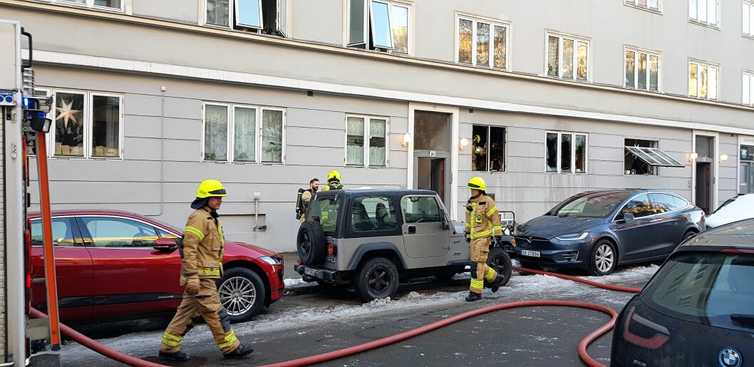 Rundt kl 11 fikk brannvesenet melding om brann i leilighetsblokka. Foto: Christian Boger