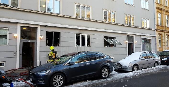 Det begynte å brenne i første etasje i blokka i Colbjørnsens gate 8. Foto: Christian Boger