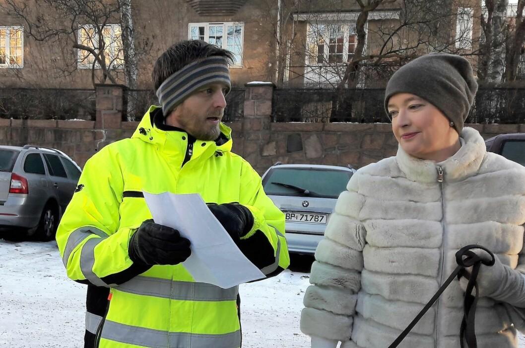 Joakim Hjertum fra Bymiljøetaten og Anne Christine Kroepelien, leder i bydelsutvalget, hadde begge nytte av å høre på hverandres argumenter under befaringen. Foto: Anders Høilund