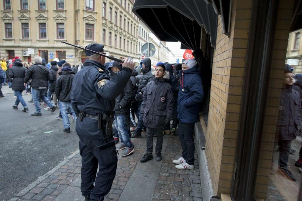 Nye opptøyer i Gøteborg sentrum dagen etter skolebråket på Plusgymnasiet, hvor det oppstod nærmest lynsjestemning etter at jenter ble uthengt som horer på bildedelningtjenesten Instagram. Foto: BJÖRN LARSSON ROSVALL / NTB scanpix