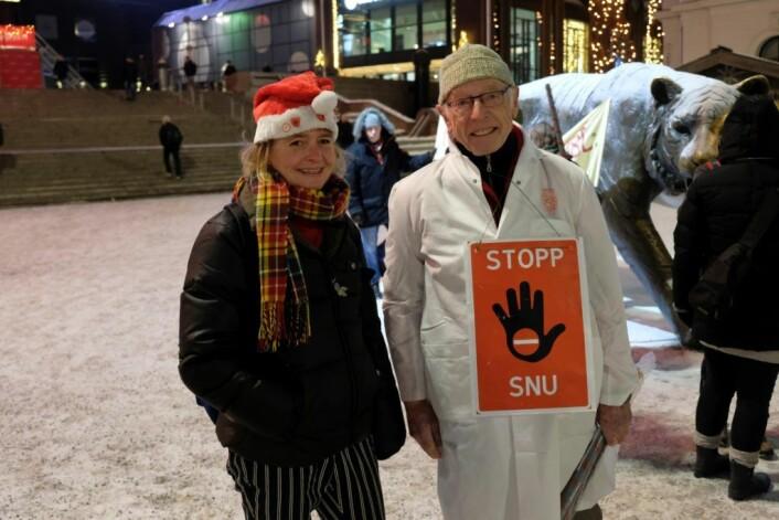 Helsepartiets Lene Haug og tidligere sjefslege ved Ullevål sykehus, Rolf Kåresen, var to av ildsjelene bak torsdagens lucia-demonstrasjon. Foto: Christian Boger