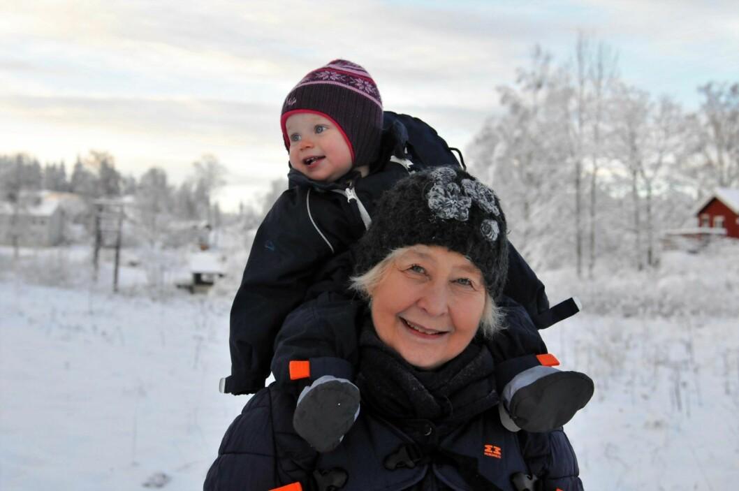 Mormor Eivor Pihl og Silja koser seg på tur til Lysern. Til en tid da ferie var nytt for arbeidsfolk fra byen. Foto: Katja Johanne Pihl