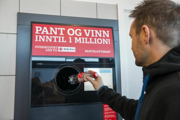 Pantelotteriet er et miljøvennlig lotteri hvor du bruker panten som innsats i lotteriet, og har mulighet til å vinne premier verdt 50, 100, 1 000 eller én million kroner. Siden starten i 2008 har 65 personer blitt pantemillionærer, og det er utbetalt 3 301 755 premier på til sammen over en kvart milliard. Foto: Røde Kors /Pantelotteriet