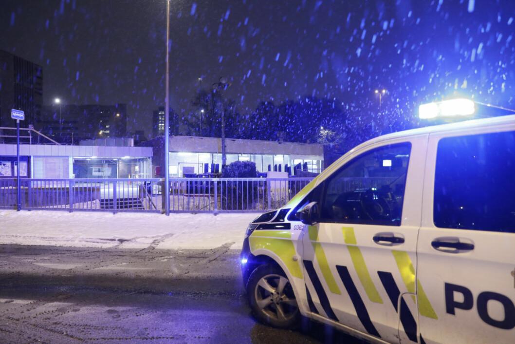 Helsfyr t-banestasjon er stengt mandag morgen etter brann i en arbeidsvogn. Foto: Terje Bendiksby / NTB scanpix