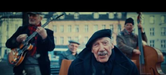 Alf Folmer (97) debuterer med musikkvideoen «Jul på Løkka». Denne MÅ du se