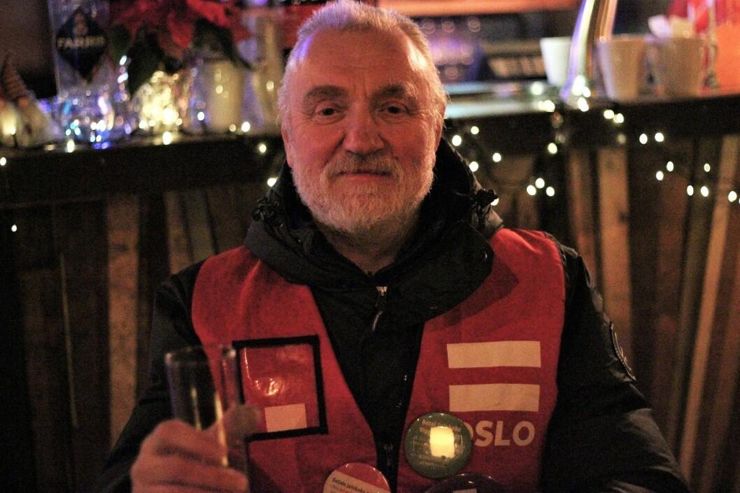 Nikolay selger Erlik Oslo, men i kveld koser han seg på julebordet. Foto: André Kjernsli