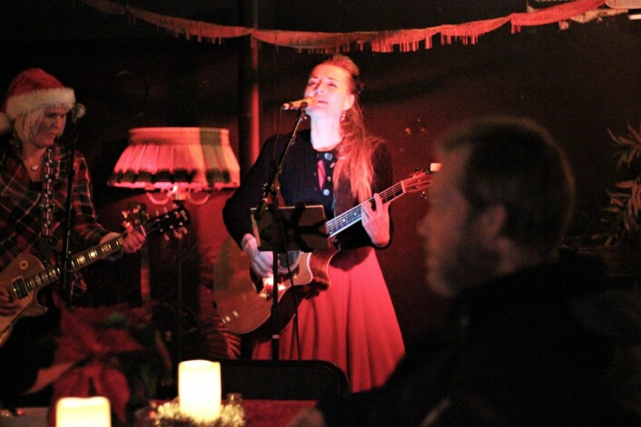 Sara Andersson og Tove Bøygard rocker julen inn. Foto: André Kjernsli