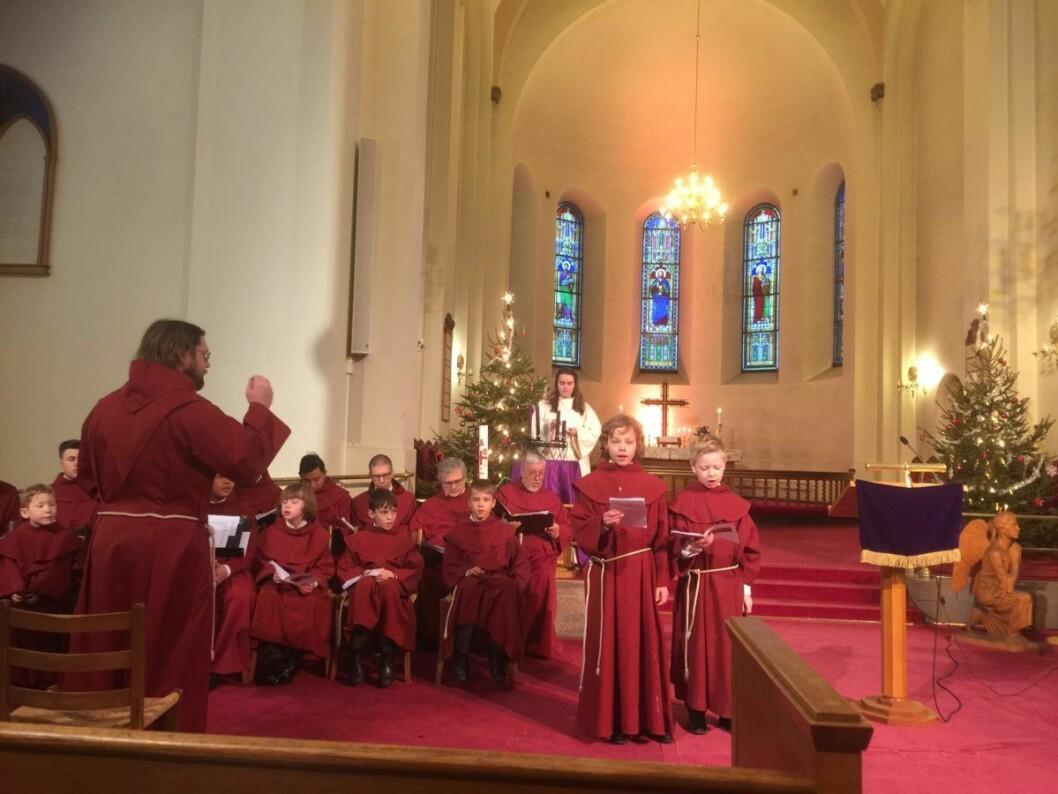St. Hallvard-guttene synger julen inn i Grønland kirke. Foto: Kjersti Opstad