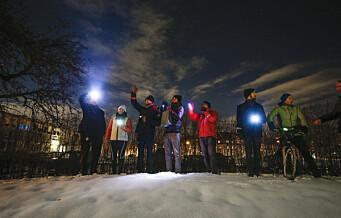 Syklister med blinkende julehilsen til barna som tilbringer høytiden på Ullevål sykehus