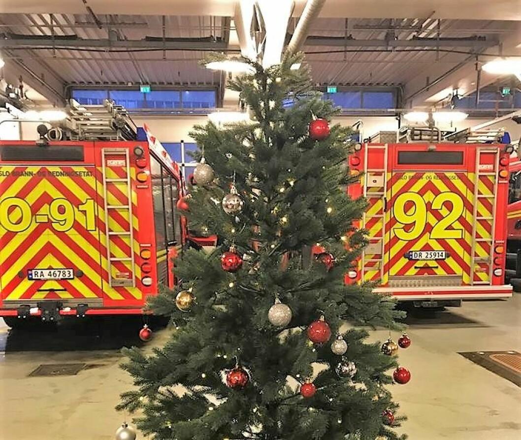 Lille juleaften hadde Oslo brann- og redningsetat passert 25.000 oppdrag. Nå advarer brannvesenet mot å kaste papir og juletrær på peisen. Foto: Oslo brann- og redningsetat
