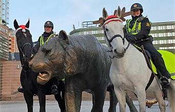 Politihester med nisselue patruljerte julestille gater i Oslo
