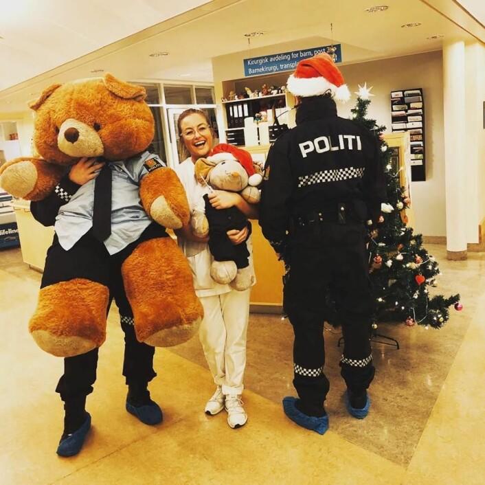 Politibamsen Eddie og to betjenter fra Oslo politidistrikt besøkte barna som tilbrakte julehøytiden på Rikshospitalet. Foto: Oslo politidistrikt