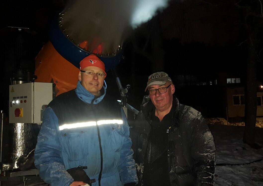 Klaus Haglerød (t.v.) og Petter Johnsen fra Vrådal alpinsenter konstaterer at snøkanonen i Musebakken på Bygdøy virker som den skal. Foto: Hans Magnus Borge.