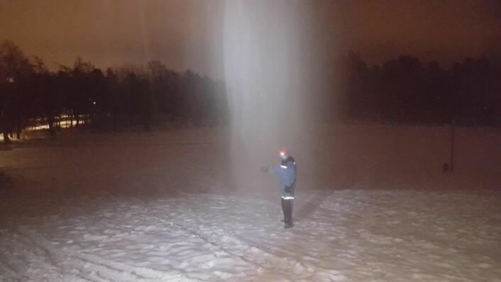 Klaus Haglerød fra Vrådal alpinsenter frelses av snøkanonen i Musebakken. Foto: Hans Magnus Borge