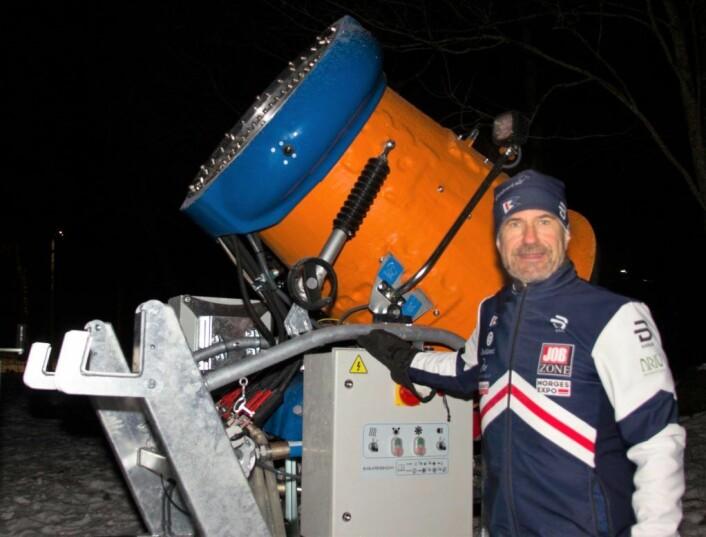 Einar Kjerschow i Bygdø idrettslag kan med rette være stolt av at snøkanonen nå er på plass. Foto: Hans Magnus Borge