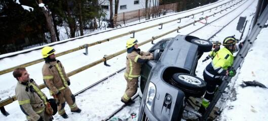 Bil skled og havnet i t-banesporet mellom Ekraveien og Røa