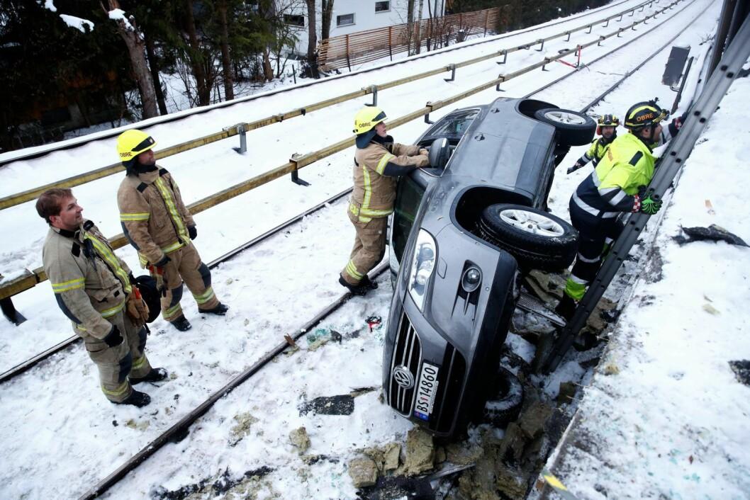Ingen ble skadet da en bil havnet i tbanesporet på Røa onsdag ettermiddag. Foto: Terje Pedersen / NTB scanpix
