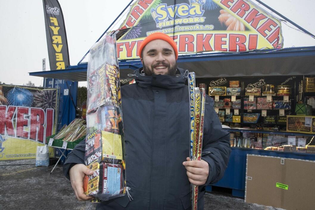 Fyrverkeriselger David Holmestrand på Svea Fireworks i Fred Olsens gate i Kvadraturen har travle dager i romjulen. Det store fyrverkerisalget er i gang. Foto: Terje Pedersen / NTB scanpix