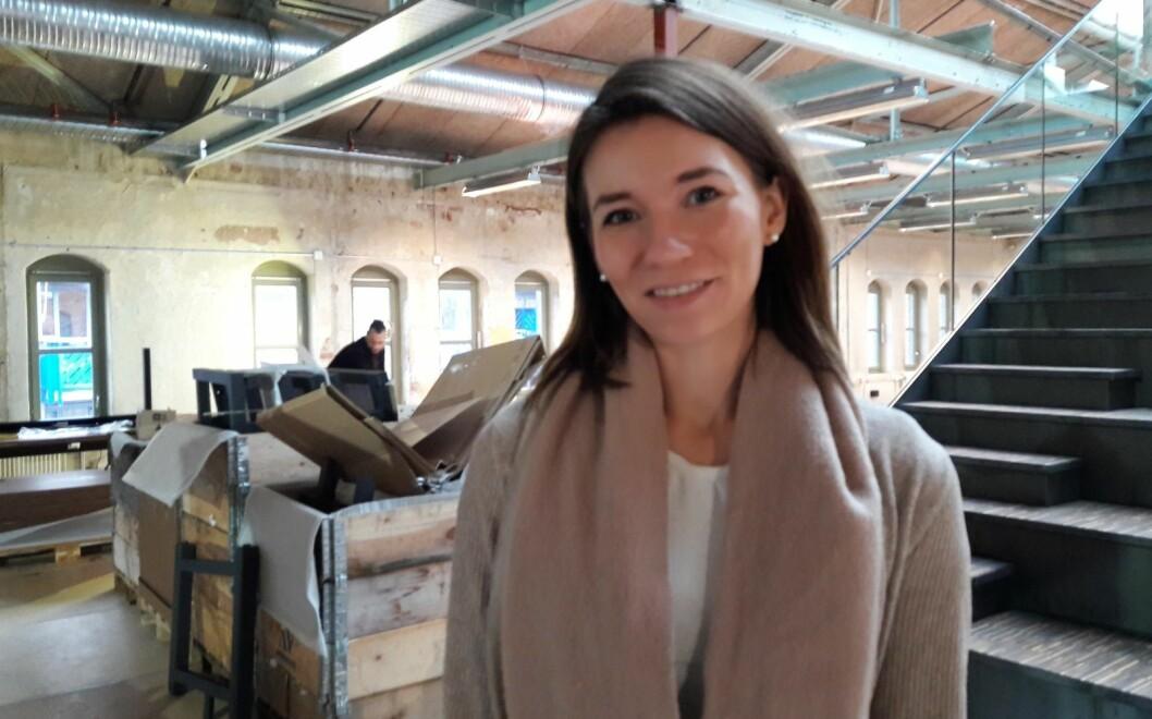 Amalie Kristoffersen gleder seg til å åpne dørene til en skokk med små firmaer som kan dra nytte av hverandres kompetanse og nettverk i den gamle trikotasjefabrikken. Foto: Anders Høilund