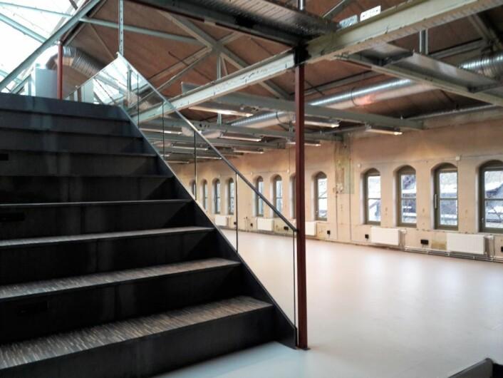 Oppunder taket vil det bli mer tradisjonelle kontorplasser. Godt arbeidslys er prioritert. Trappa til venstre på bildet kan brukes som både trapp, tribunespiseplass, og sikkert mer. Foto: Anders Høilund