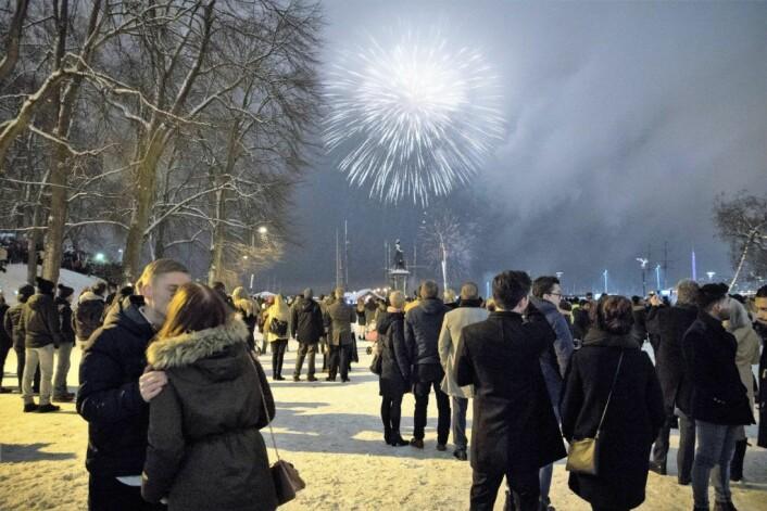 Kommunens rakettoppskyting på Rådhusplassen har blitt et populært mål for oslofolk nyttårsaften.<br />Foto: Torstein Bøe / NTB scanpix