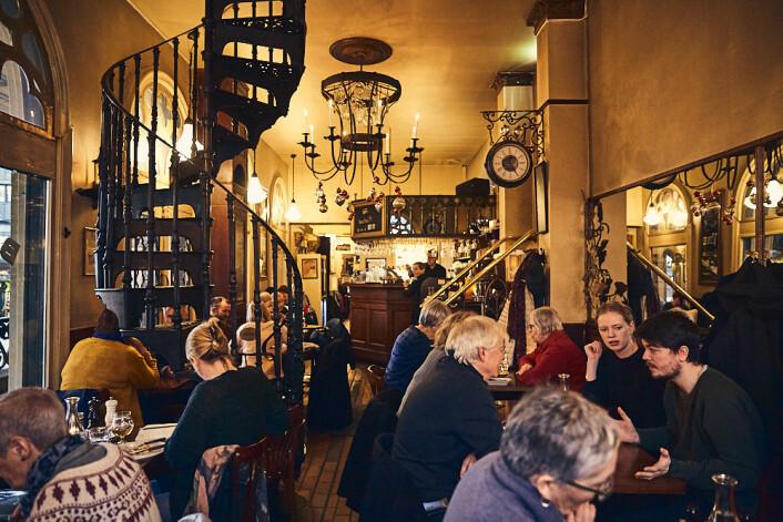 Her diskuterte unge Beate og vennene livet, mens de kjente vibbene fra Paris gjennom det de var sikre på var genuint fransk interiør. Foto: Kristin Svanæs-Soot