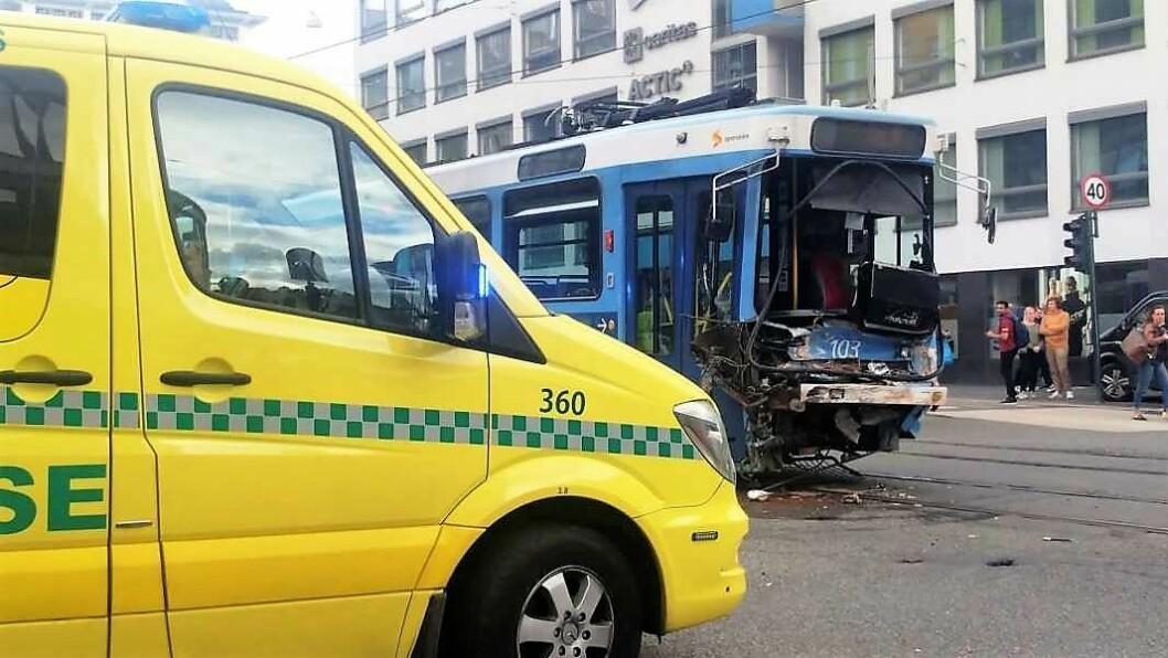 Hele 11 personer ble skadd etter at trikken kolliderte med en lastebil i krysset Storgata og Hausmannsgate i august. Foto: Foto: Abdurrahim Günaydın