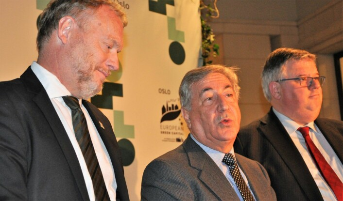 Byrådsleder Raymond Johansen (Ap) lytter til EUs miljø-kommissær for miljø, maltesiske Karmenu Vella. Til høyre står Nijmegens borgermester, Hubert Bruls. Foto: Arnsten Linstad