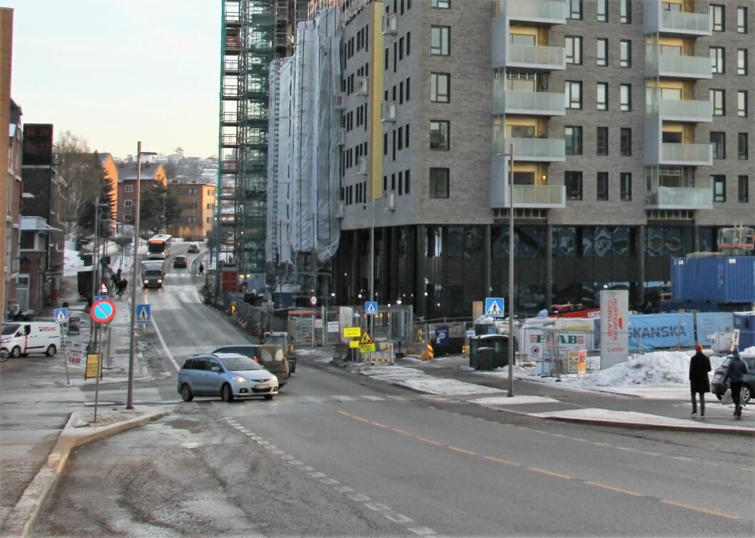 Til høyre i dette krysset ligger Ensjø T-bane. Til venstre ligger butikker og treningssenter. Foto: Per Øivind Eriksen