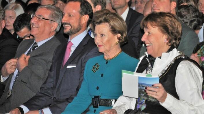 Ordfører Marianne Bogen (SV) tok i mot og var vertskap for dronning Sonja og kronprins Haakon da Oslo offisielt overtok som EUs miljøhovedstad fredag. Ved siden av kronprinsen sitter EUs miljøkommissær Karmenu Vella. Foto: Arnsten Linstad