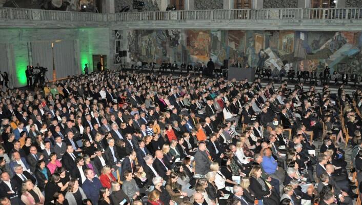 Rådhussalen var fullsatt da Oslo overtok stafettpinnen fra nederlandske Nijmegen fredag. Nå er landets hovedstad også EUs miljøhovedstad. Foto: Arnsten Linstad