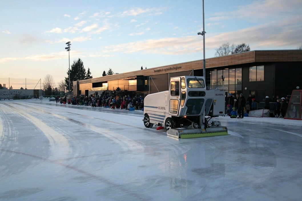Folk flokket til Voldsløkka i dag og kunne få se det nye isleggingsvidunderet. Foto: Arvid Sivertsen